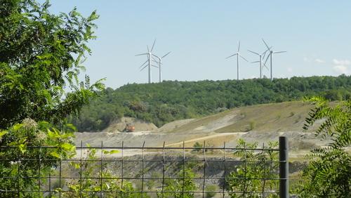 Blick über den Tagebau: Windräder