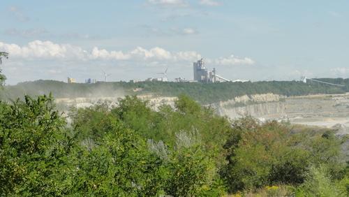 Blick über den Tagebau: Zementfabrik