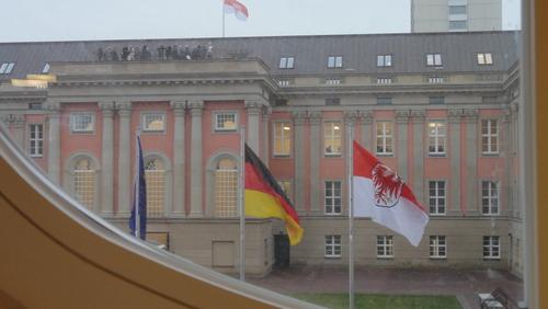 Potsdamer Landtag / Flaggen durch Fenster
